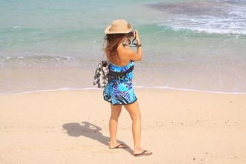 綺麗な海の写真を撮る女の子