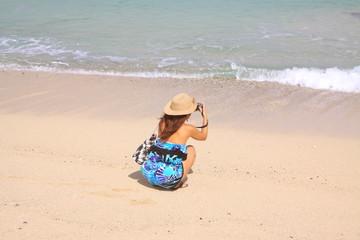 波を写真に撮る女の子
