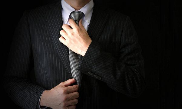ネクタイをしめるビジネスマン