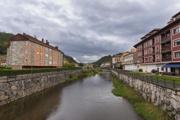 Río Sella a su paso por Cangas de Onis (Asturias, España).