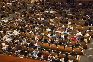 Platea de teatro. Auditorio de teatro con algunos espectadores sentados