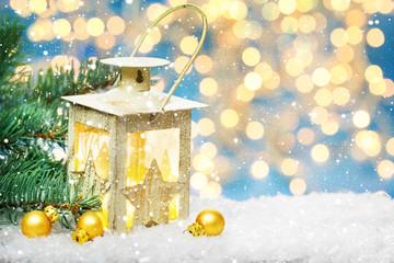 Weihnachtslaterne und Tanne im Schnee