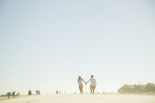 USA, California, Malibu, Couple holding hands on beach