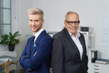 vater und sohn arbeiten zusammen in einer firma