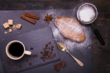 tazzina di caffè nero con croissant