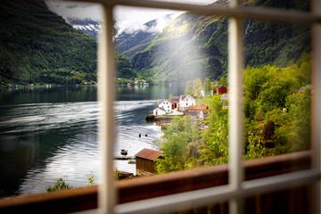 Blick durch ein Fenster auf das Fjord Norwegen