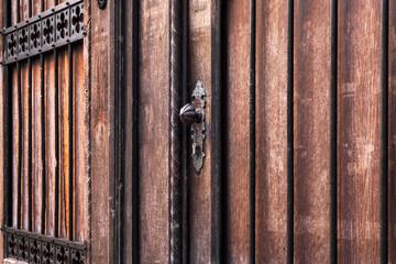 alte schwere Holztür Hauseingang