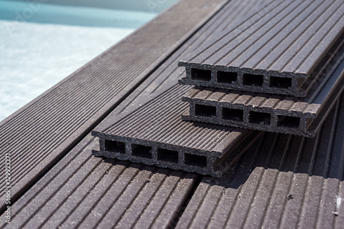 fabrication terrasse en bois autour de la piscine stock. Black Bedroom Furniture Sets. Home Design Ideas