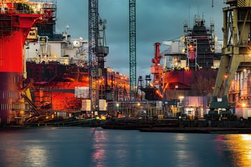 Obraz Statek w budowie w nocy w Stoczni Gdańskiej - fototapety do salonu