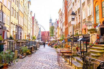 Uliczka ze sklepami i kawiarniami w Gdańsku