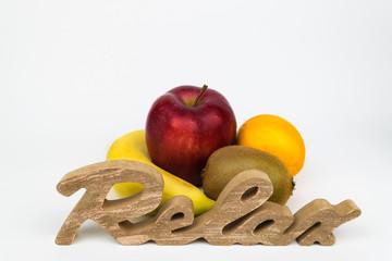 Mehrere Früchte mit Schriftzug. Freigestellt auf weißem Hintergrund