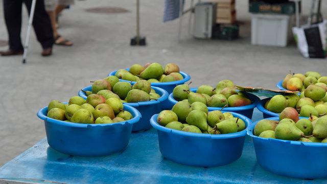 poires bio sur le marché dans les alpes