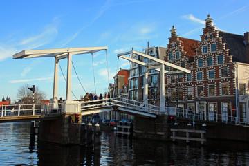 Pont levant sur un canal à Haarlem, Pays-Bas