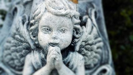 betender Engel auf einem Friedhof