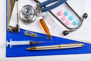 Stethoscope, pills and bottles on color background. medicine con