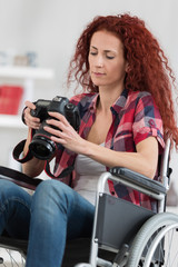 disabled woman taking pictures with dslr camera