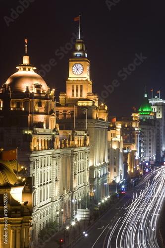 Historic buildings along shanghai 39 s famous bund promenade for Asia famous buildings