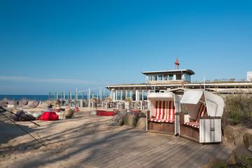 Strandbar mit Strandkörben am Weissenhäuser Strand