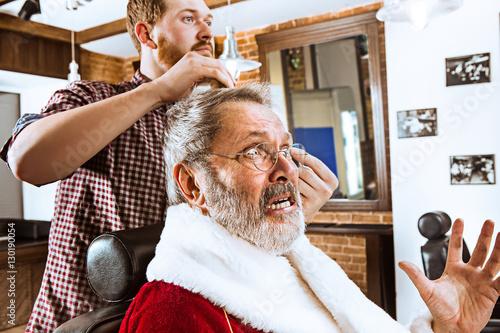 Quot santa claus shaving his personal barber stockfotos und