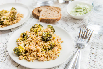 Warm Detox Salad from Quinoa and Broccolli