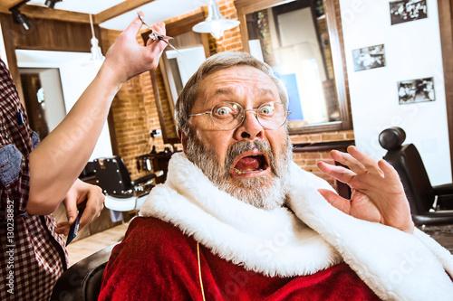 Quot santa claus shaving his personal barber 스톡 사진 로열티프리 이미지