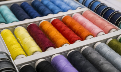Nähgarn in verschiedenen Farben, Farbsortiment