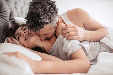 Obraz Good morning kiss from her man - fototapety do salonu