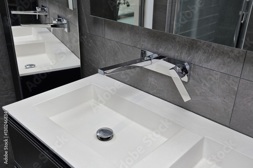 vier rectangulaire salle de bain moderne photo libre de droits sur la banque d 39 images. Black Bedroom Furniture Sets. Home Design Ideas