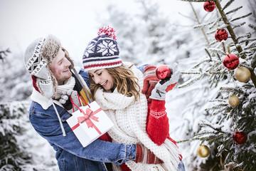 Pärchen in der Natur zu Weihnachten