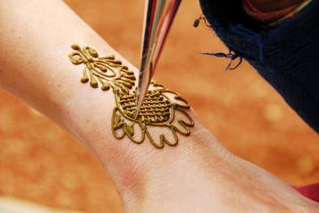 Drawing henna on hand, New Delhi, India, Asia