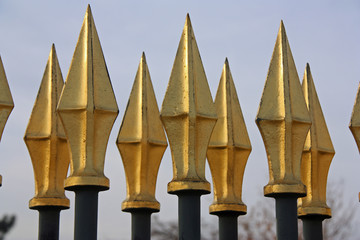 Grilles à pics dorés au jardin des Tuileries à Paris