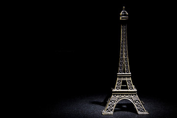 Photo Eiffel Tower statuette on a black background