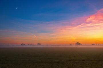 HDR Sonnenuntergang 10 / Sonnenuntergang, Mond und Nebel über der Elbtalaue bei Penkefitz (Landkreis Lüchow-Dannenberg, Niedersachsen). Aufgenommen am 4. Dezember 2016.