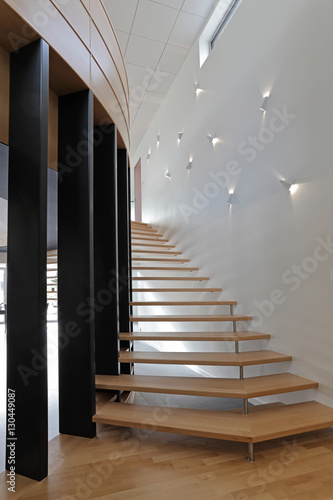 Escalier Contemporain Tournant En Bois Stock Photo And