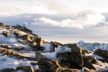 камни во льду и закат в горах/оранжевый закат , облака и горы