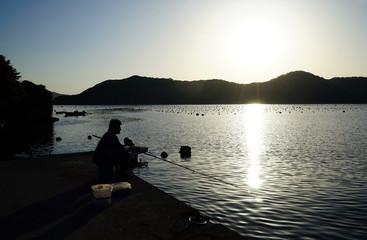 釣り人のシルエット