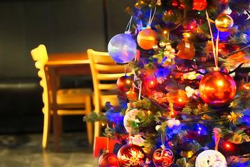наряженная новогодняя елка в кафе