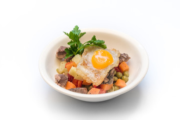 fried eggs with roast beef and vegetable salad