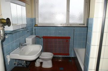 Altes, stark sanierungsbedürftiges Bad mit Kohleofen