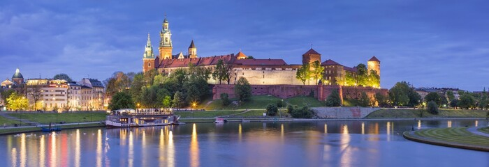 Autocollant pour porte Cracovie panorama of night lights above old castle