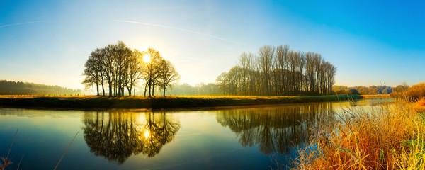 Sonnenaufgang am Fluss Fototapete