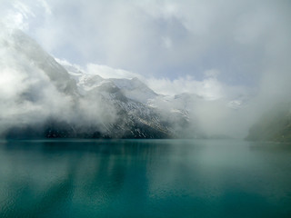 Górskie jezioro w alpach