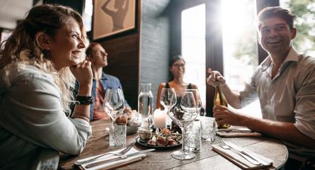 In de dag Restaurant Group of friends enjoying an evening meal at a restaurant