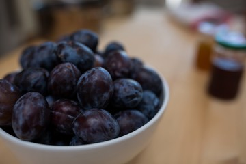 Close-up of grapes in a bowl on table