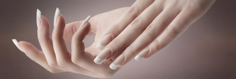 Красивые руки модели.Французский маникюр. Дизайн ногтей.
