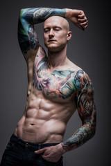 mężczyzna z tatuażem