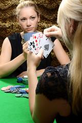 Frau spielt Karten oder Poker mit Freundin als Kartenspiel um Geld