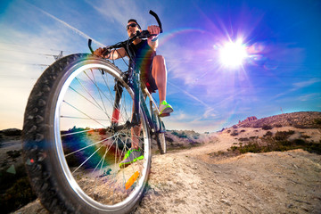 Bicicleta de montaña y deportes extremos.Vida saludable y ejercicio.Paisaje de puesta de sol y aventuras,Estilo de vida y ciclista