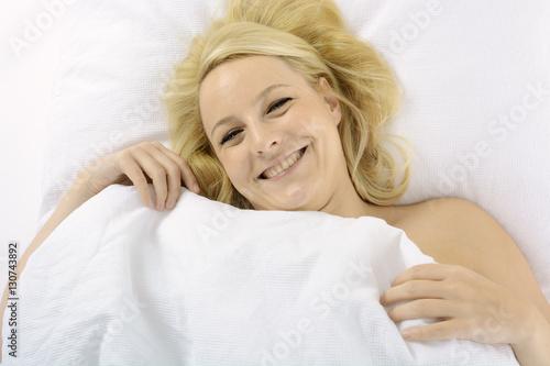 frau liegt erholt und entspannt nach schlaf oder mittagsschlaf im bett stock photo and. Black Bedroom Furniture Sets. Home Design Ideas