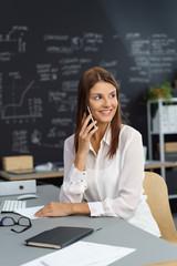 frau in einem modernen büro telefoniert
